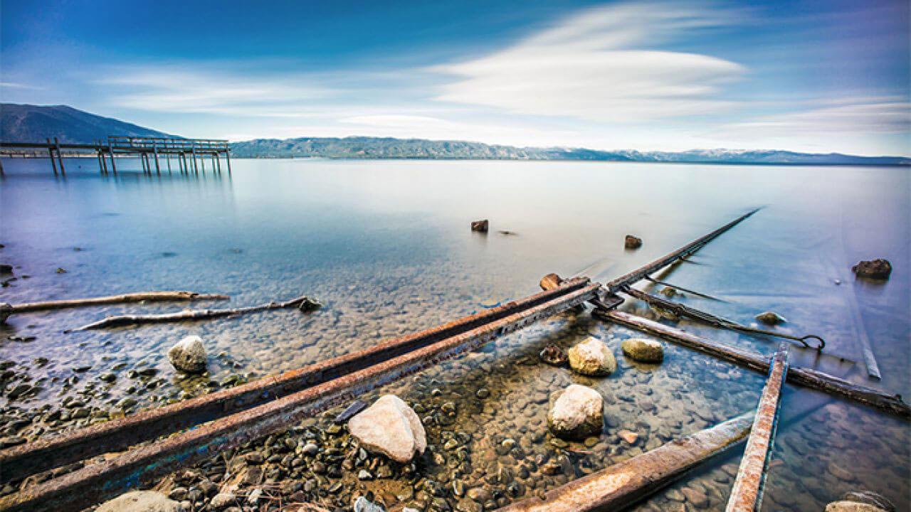 عکس تکه های چوب کنار ساحل درباره استفاده از خطوط مورب