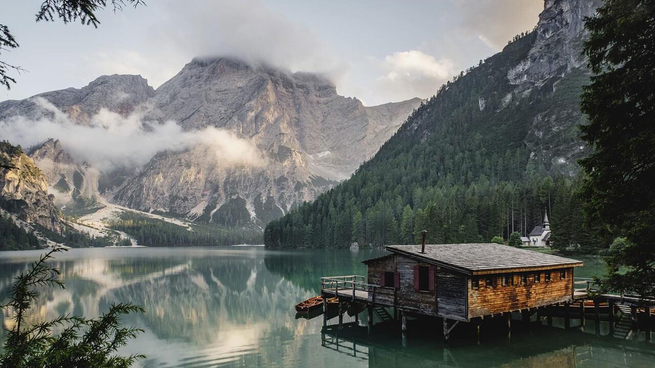 عکس یک کلبه کنار دریاچه