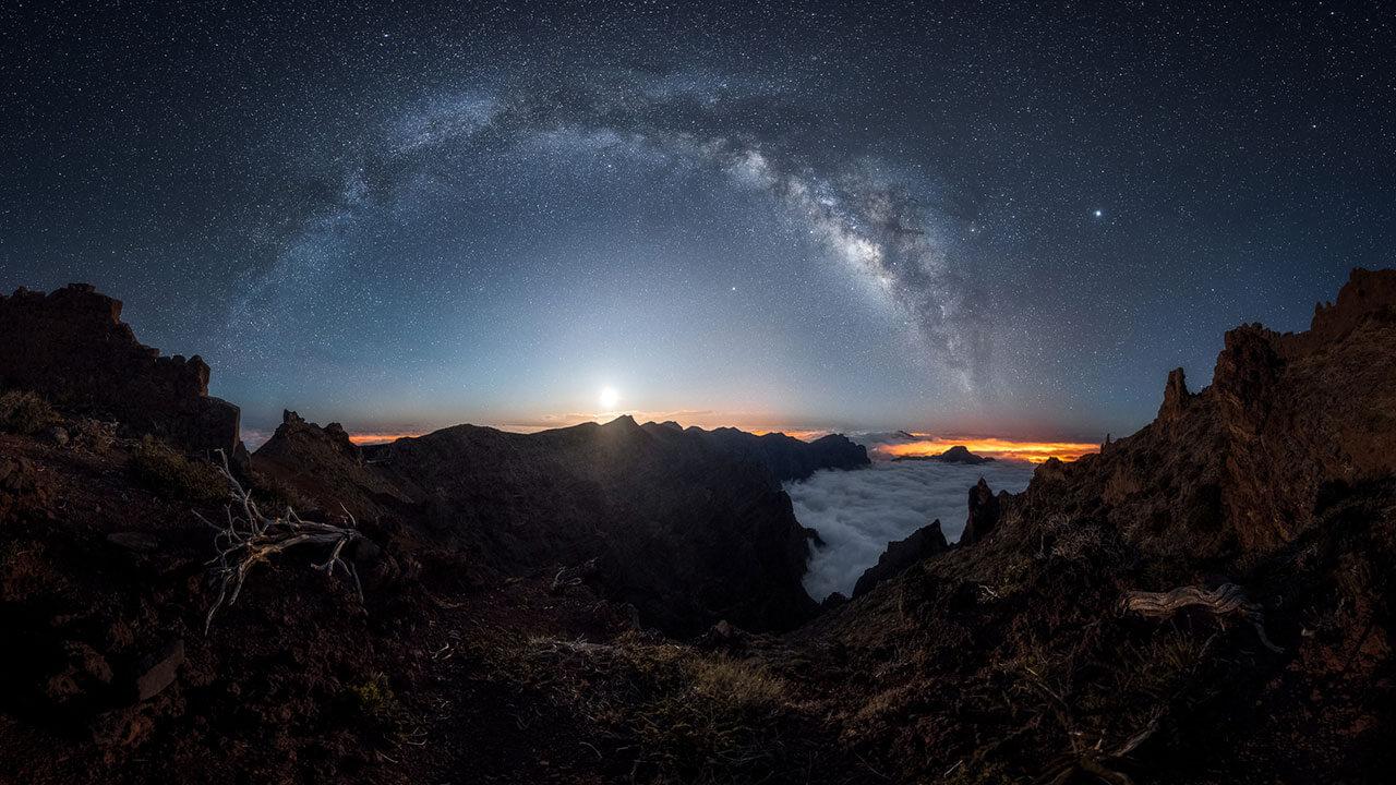 عکس دیسک کهکشان در مورد ترکیببندی برای ایجاد مقیاس در عکاسی منظره